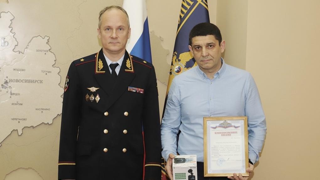 Новосибирец задержал вооруженного ножом преступника и получил награду от МВД