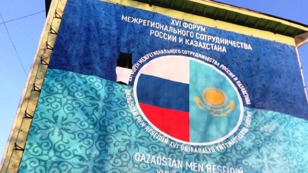В Омске к приезду Путина завесили баннером окна жилого дома