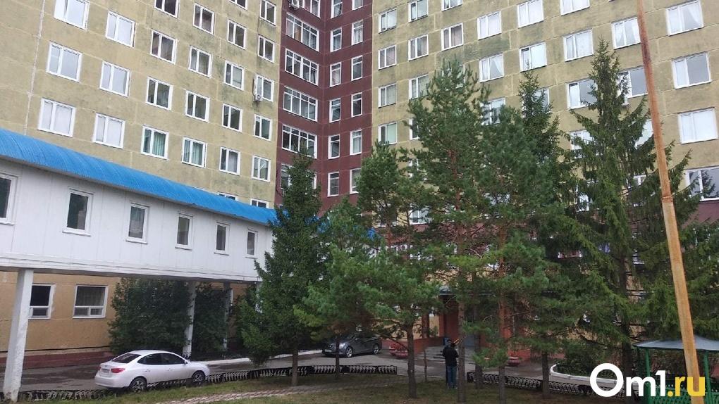 Стало известно, сколько заработал главврач омской больницы, который спасал жизнь Навальному