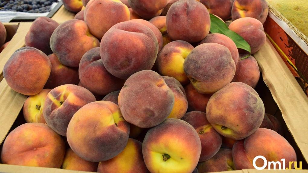Под Омском задержали грузовик с опасными персиками