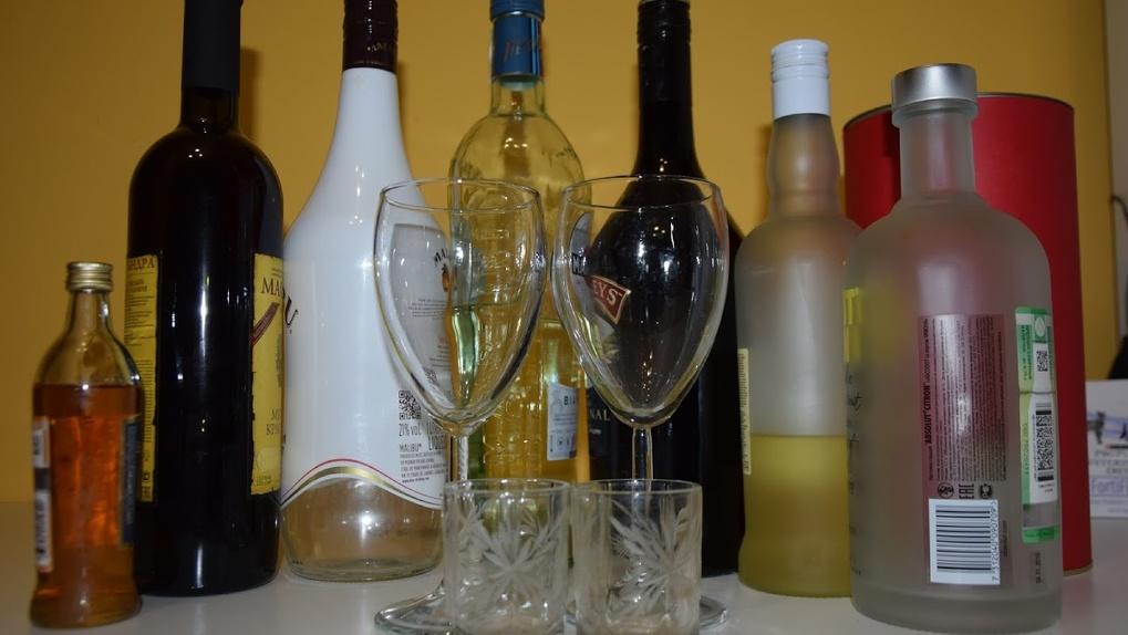 Разбавляли спирт красителями. В Омске банда производила нелегальный алкоголь в промышленных масштабах