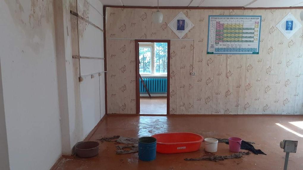 В селе под Омском детям придётся учиться в аварийной школе с протекающим потолком