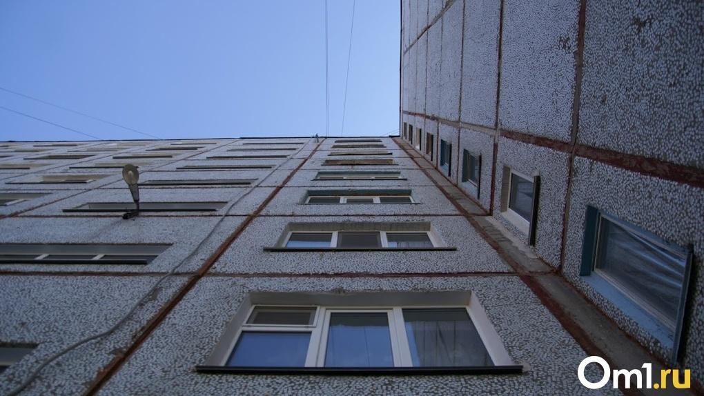 В Омске под окнами многоэтажки нашли тело неизлечимо больного мужчины