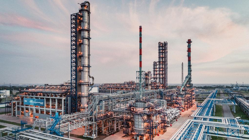 Омский НПЗ увеличил производство автомобильного топлива за 9 месяцев 2020 года
