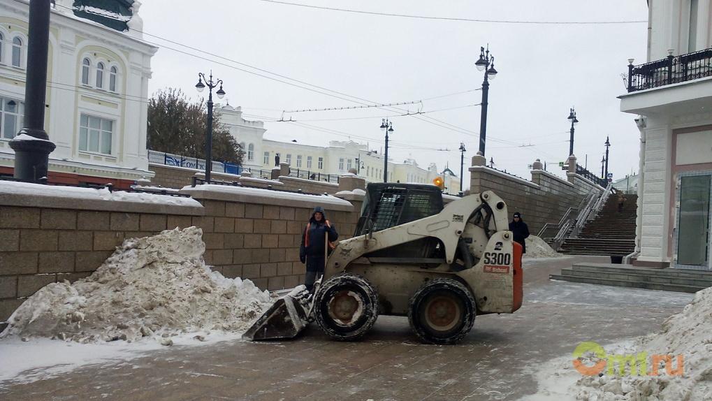 Дорожные службы Омска всю ночь разгребали последствия обильного снегопада