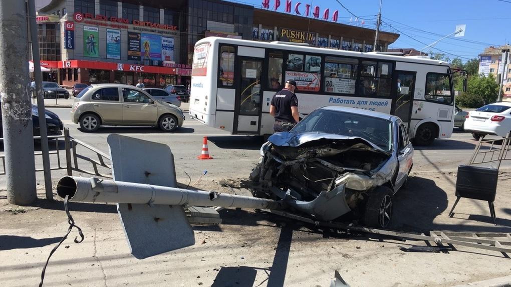 Омич протаранил пешеходов на «островке безопасности» и скрылся