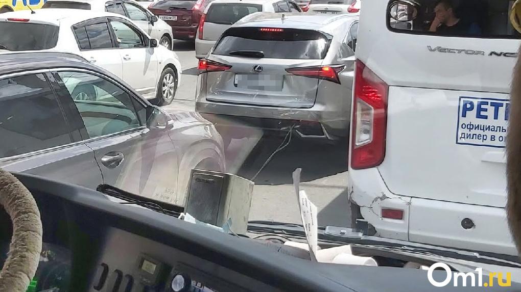 «Заняли две линии»: новосибирские водители устроили пробку на встречке