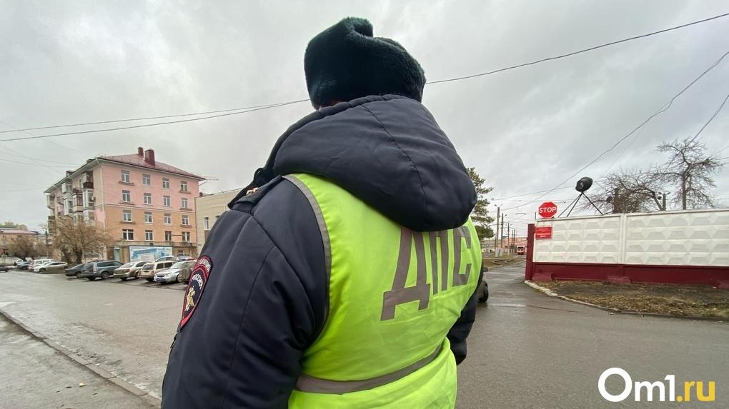 «Покореженный грузовик в кювете, скорые, пожарные». В Омске произошло серьезное ДТП