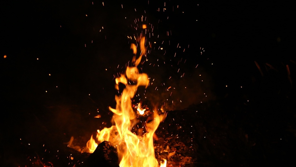 Крупный пожар в общежитии в центре Омска едва не погубил 42 человека. Ребенок – в больнице