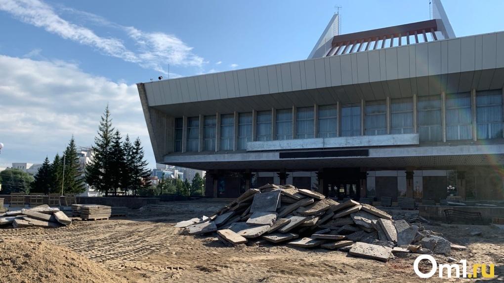 «Все уже устали от кованых лавочек»: Театральную площадь в Омске сделают современной