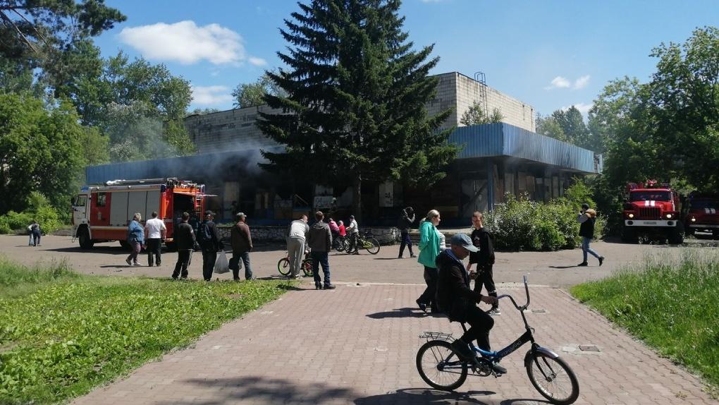 В Омске загорелся заброшенный кинотеатр «Сатурн»