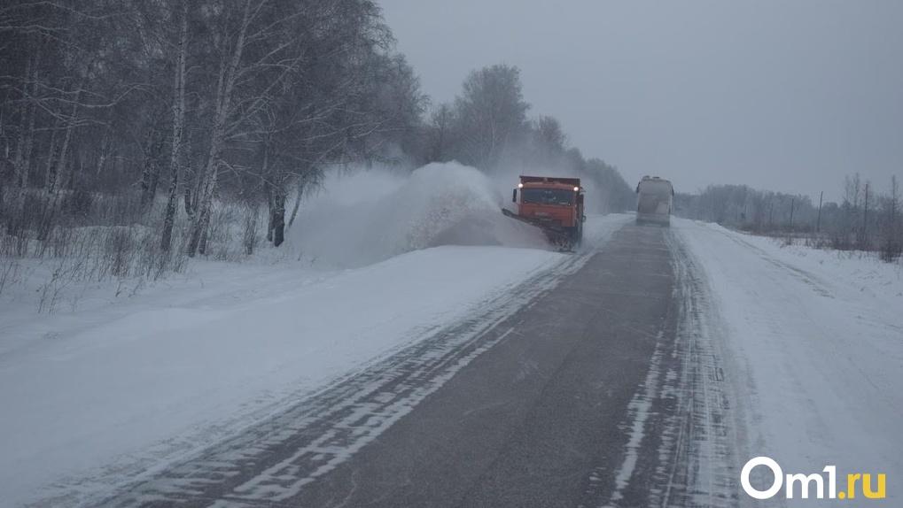 В Омске из-за снежной бури закрыли трассу в Казахстан