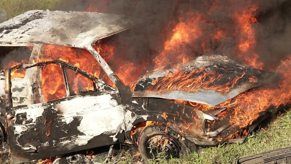 «Два миллиона сгорело». В Омске из-за горящей травы уничтожено дорогое авто