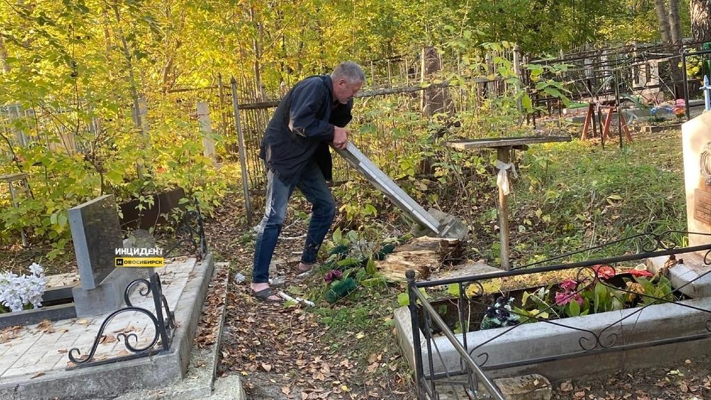 «Венки разломал и выкинул»: дебошир громил памятники на новосибирском кладбище
