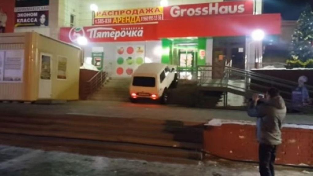 Полиция Омска нашла владельца «Нивы», которая каталась по ступеням крыльца «Пятерочки»