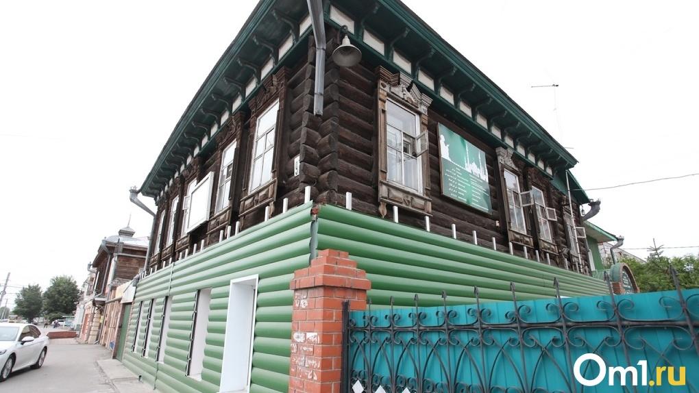 Историческое здание в Омске обшили металлическим сайдингом