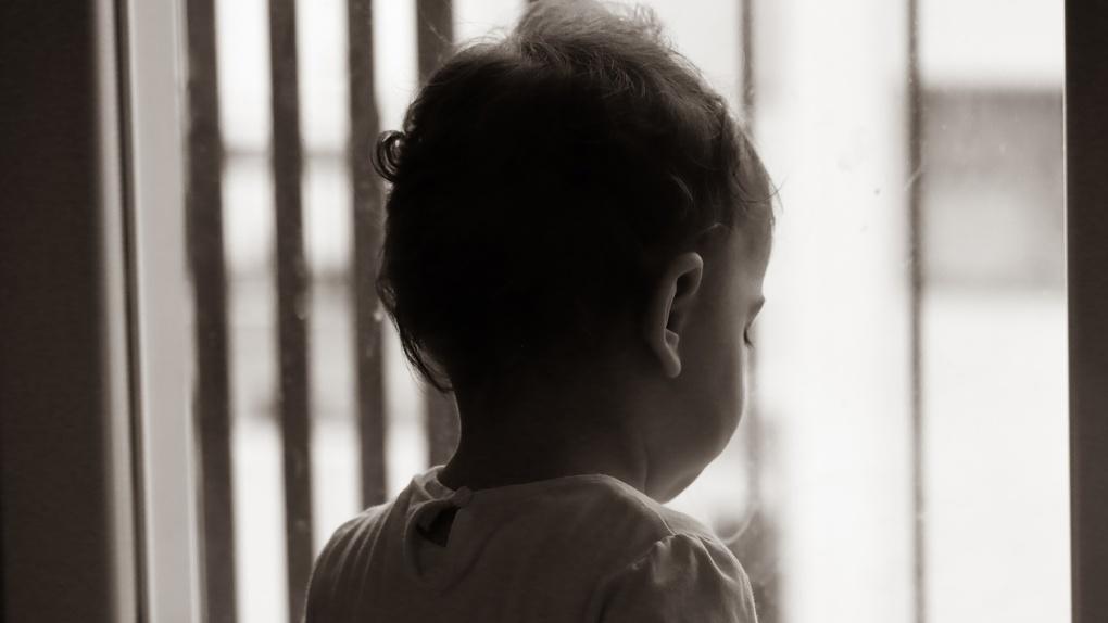 У многодетной омички, сына которой убил её гражданский муж, могут отобрать остальных детей