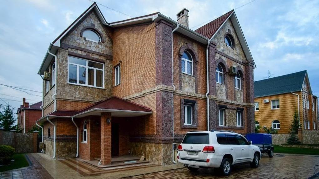 Бронированные окна и датчики движения: в Омске за 20 млн продают дом-крепость