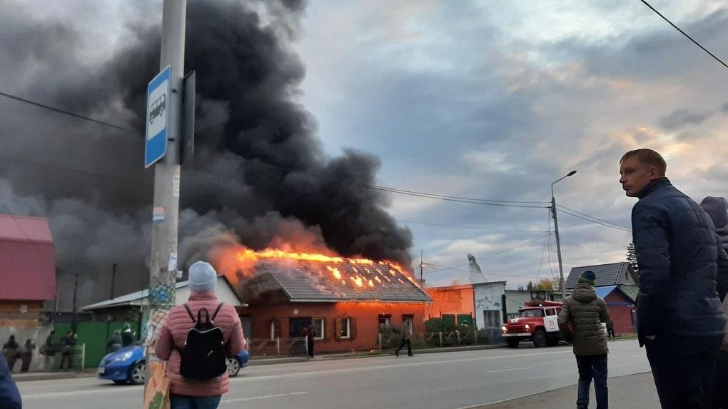 В Омске загорелся частный дом. Пожар тушат 46 человек