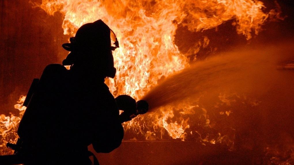 В Омской области пожар уничтожил сельский деревянный ДК