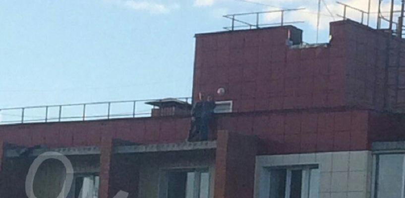 Юная парочка устроила опасное свидание на краю крыши - ФОТО