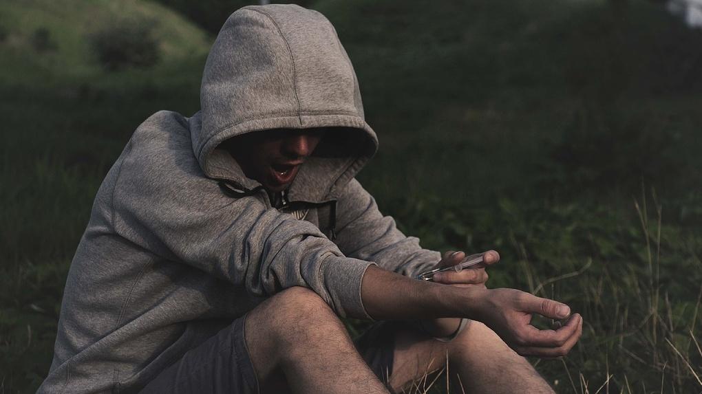 Почти килограмм героина: новосибирскому наркодилеру грозит 20 лет колонии