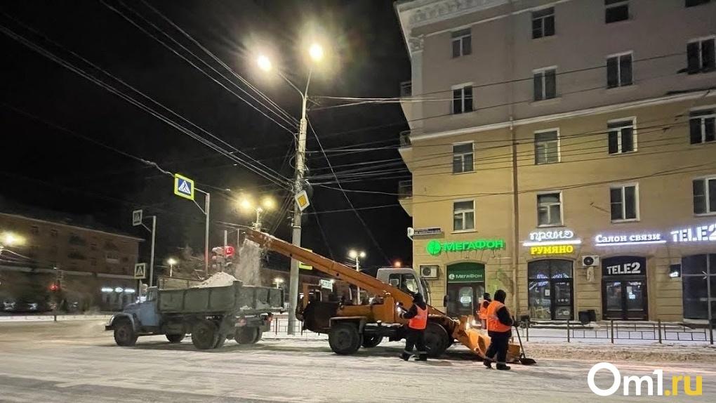 Невозможно проехать во двор. В Омске после чистки дорог от снега образовалась новая проблема