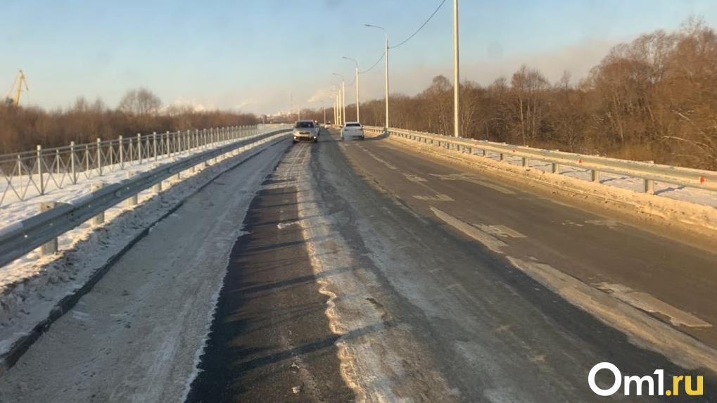 На омских улицах убирают снег с дорог вместе с асфальтом