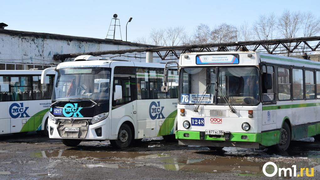 В Омске водитель попался на сливе топлива из автобуса