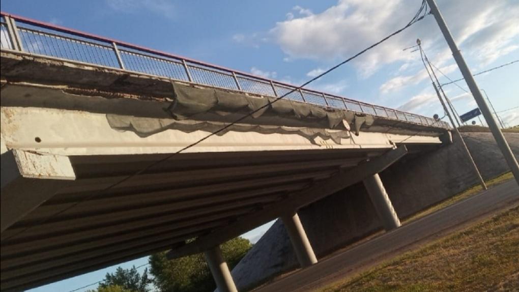 В Омске разрушается известный мост. От него отваливаются куски бетона. Фото