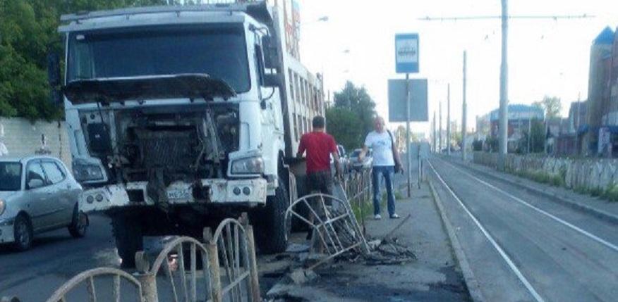 В центре Омска большегруз снёс ограждение вдоль дороги