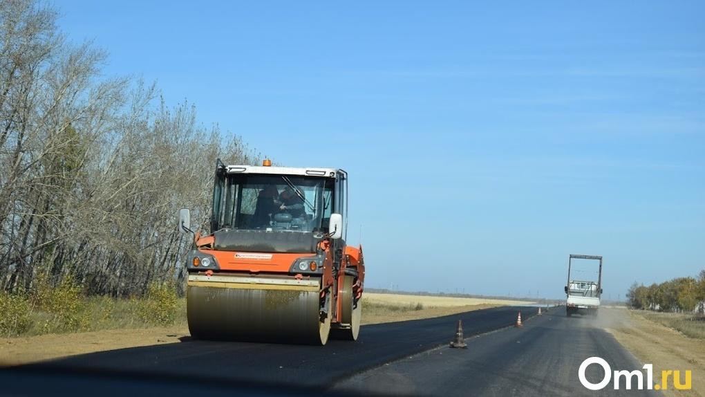 Под Омском ремонтируют дорогу к старейшему городу региона