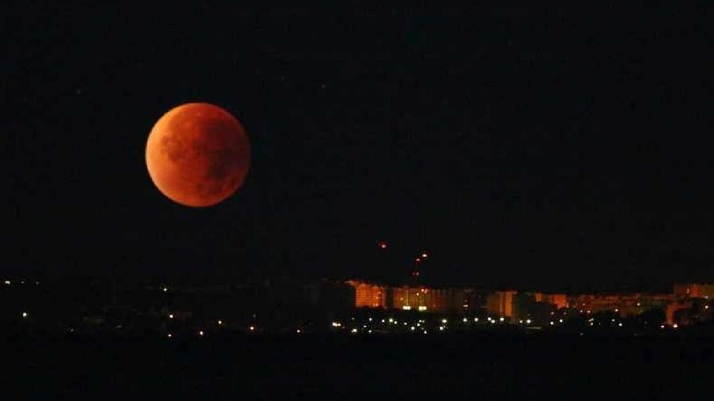В Омске наблюдают «кровавую» Луну: репортаж из соцсетей
