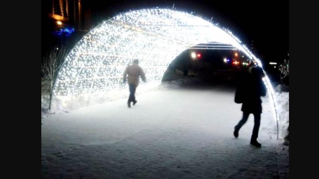 Омичи фотографируют свои автомобили в арке желаний на пешеходном бульваре