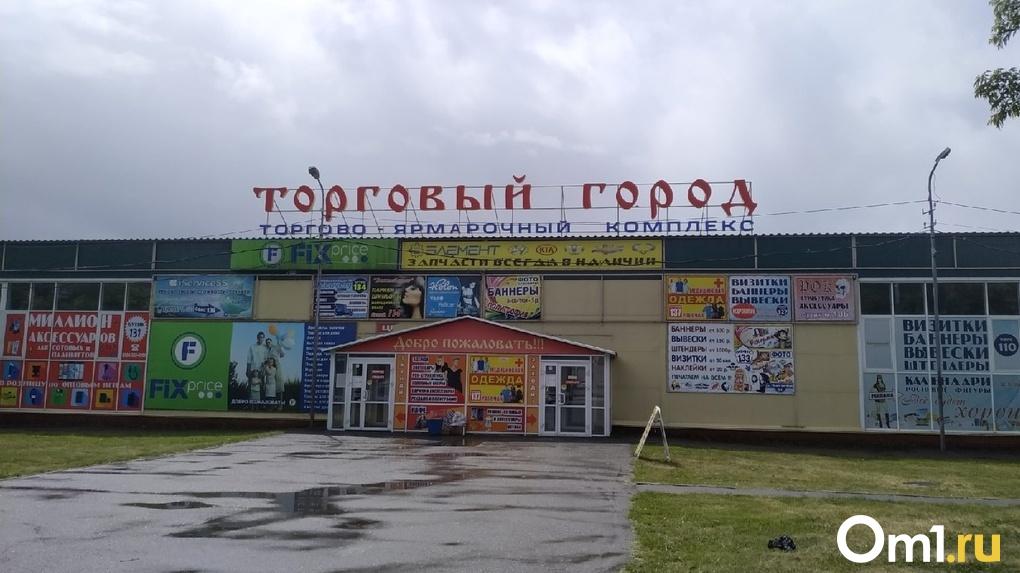 Ни дистанций, ни СИЗов, ни антисептиков: в Омске возобновил работу самый большой рынок города