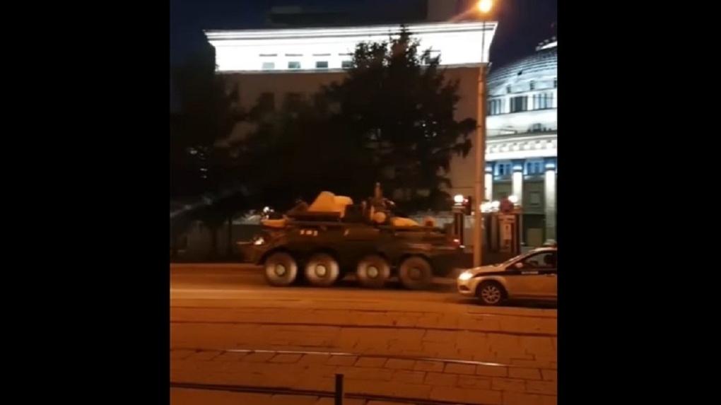 Колонна военной техники в центре города удивила новосибирцев