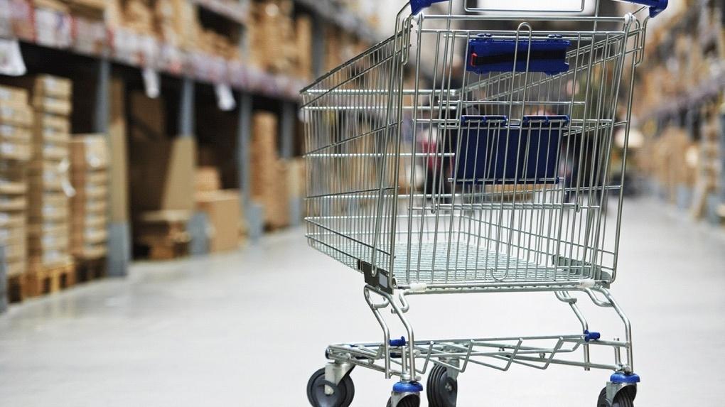 В Омске пара может сесть за решетку за угон тележки из супермаркета