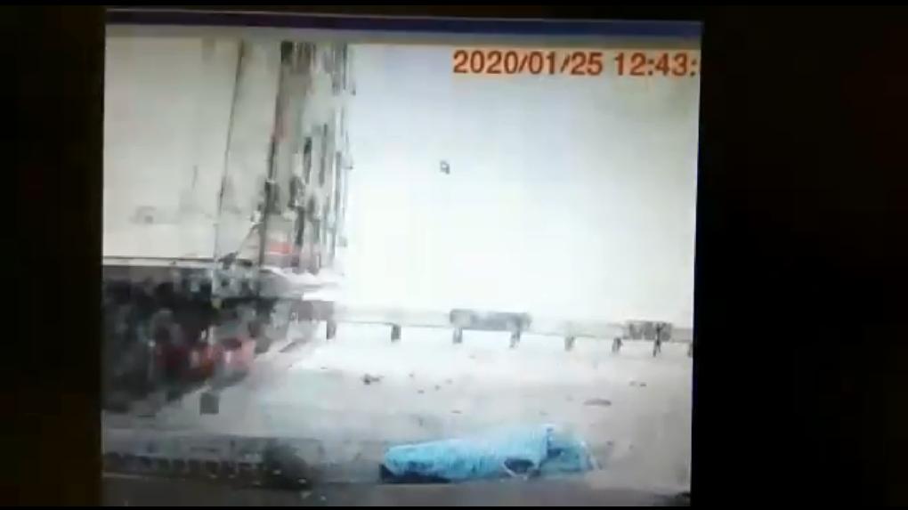 В Сети появилось жуткое видео гибели грудного ребенка в ДТП на трассе под Новосибирском