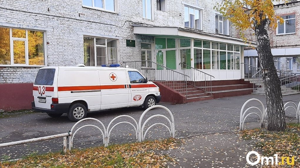 Омич, которого привезли на скорой в больницу, напугал медиков своим неадекватным поведением