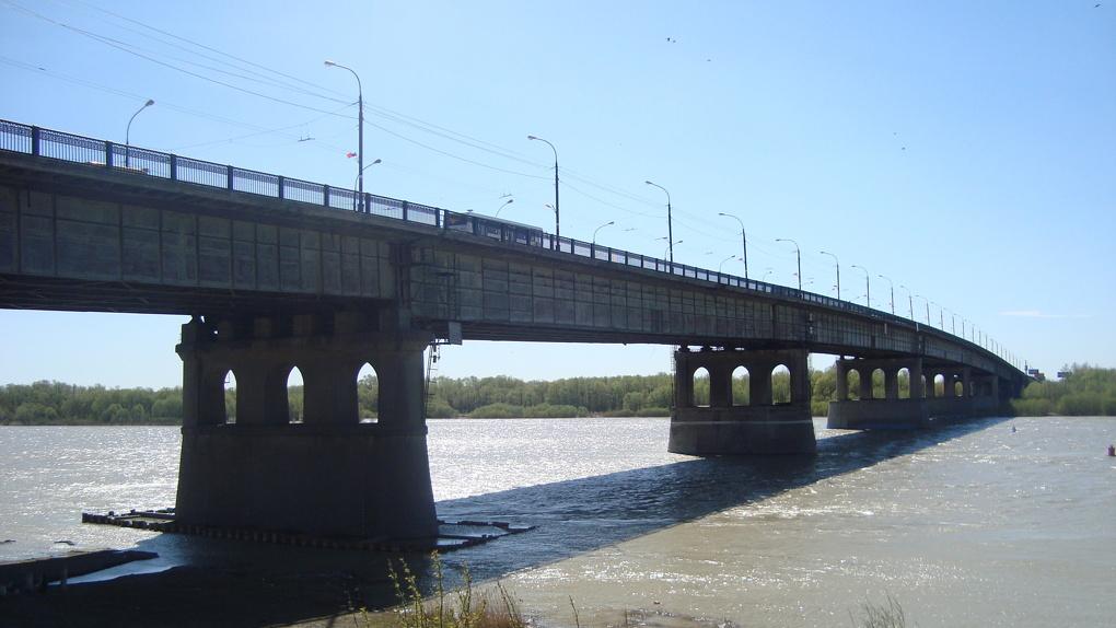 В Омске на Ленинградском мосту огородят ограждения