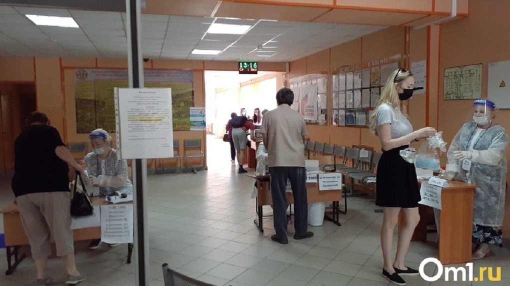 В Новосибирске избирателей подвозят к участкам и дают бюллетени тем, кто не имеет права голосовать
