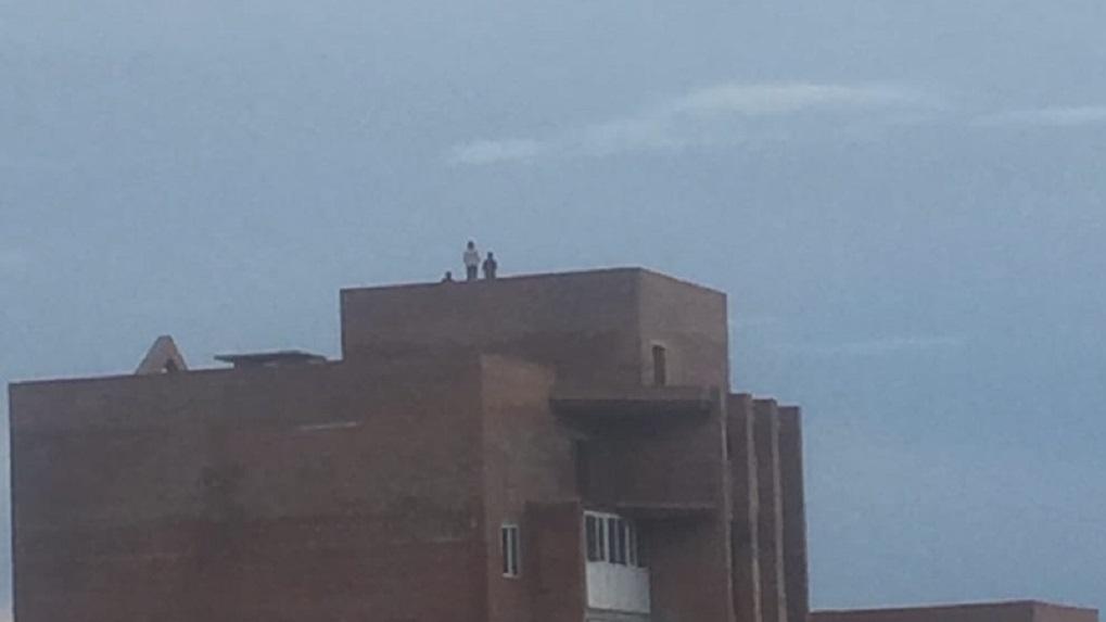 Игры со смертью. Омичи бьют тревогу из-за детей, гуляющих по крыше девятиэтажки