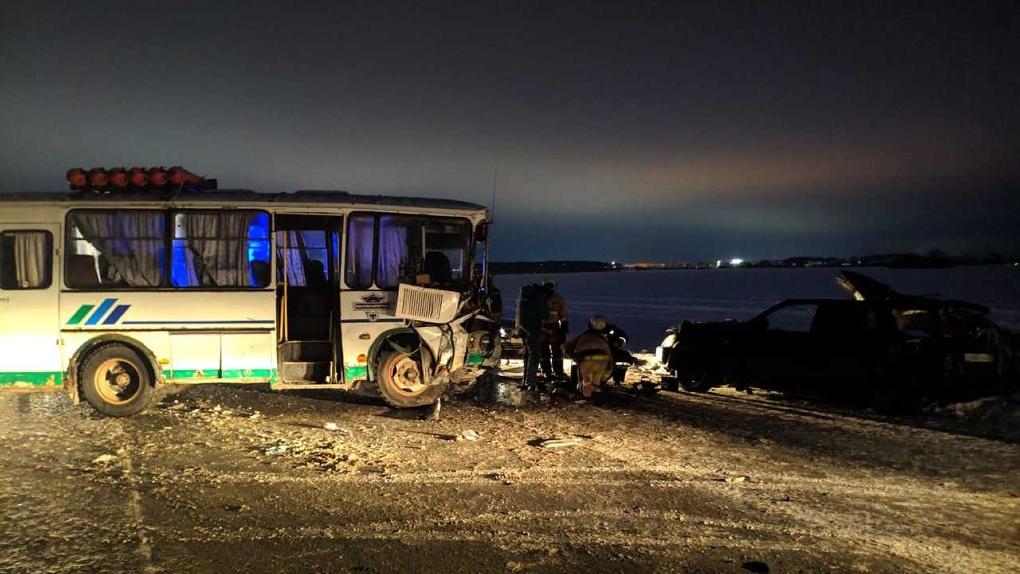Под Омском пассажирский автобус раздавил иномарку. Есть жертвы