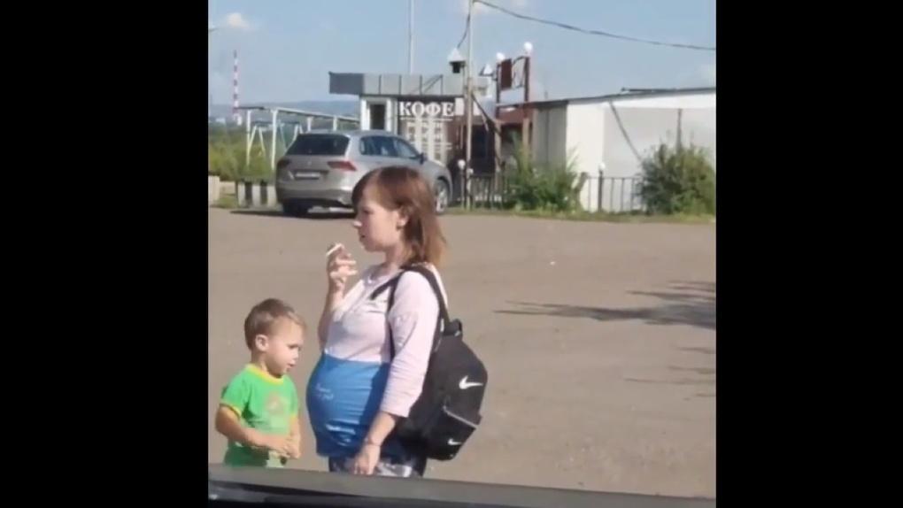 Новосибирцы затравили в сети курящую беременную мать