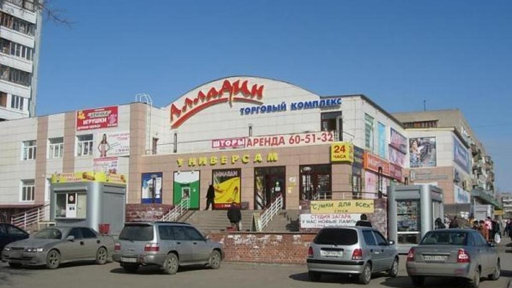 В Омске суровый водитель «Нивы» забрался по ступеням к дверям «Пятерочки» – ФОТО