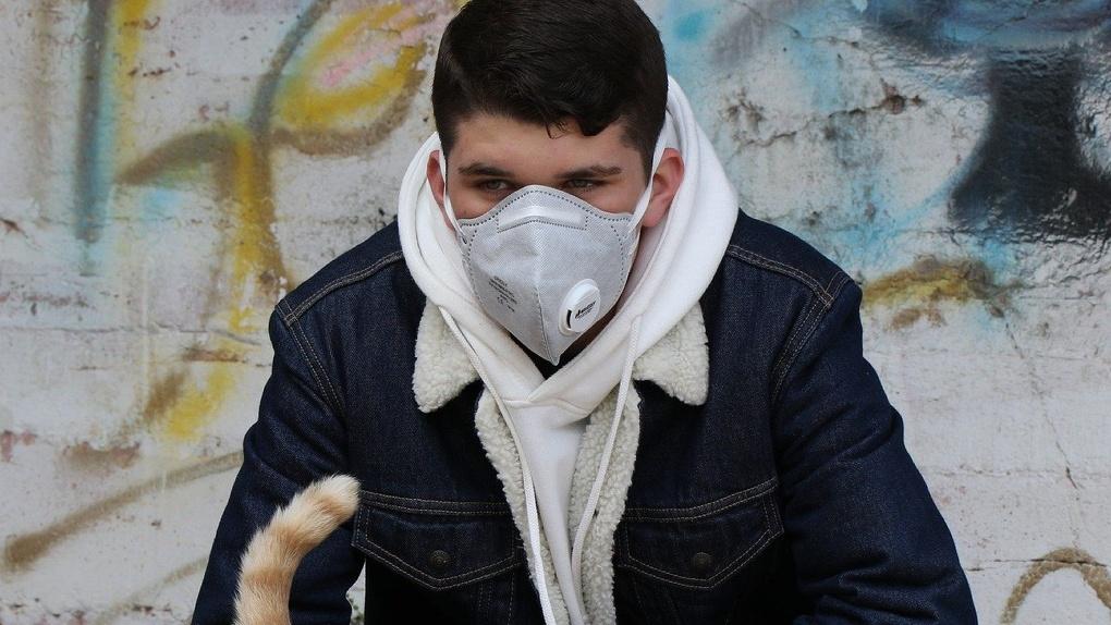Бездомные в Омске просят милостыню в медицинских масках
