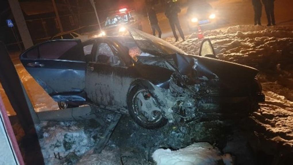 Страшное ДТП в Новосибирской области: иномарка врезалась в опору ЛЭП, погибла 31-летняя женщина