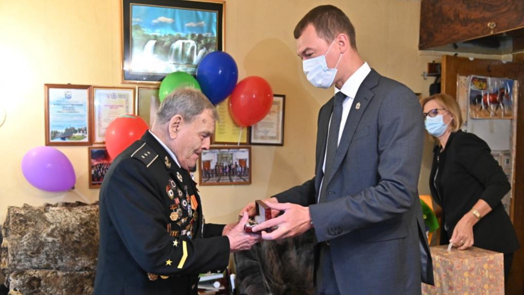 Сменщик Фургала вручил омскому ветерану именные часы