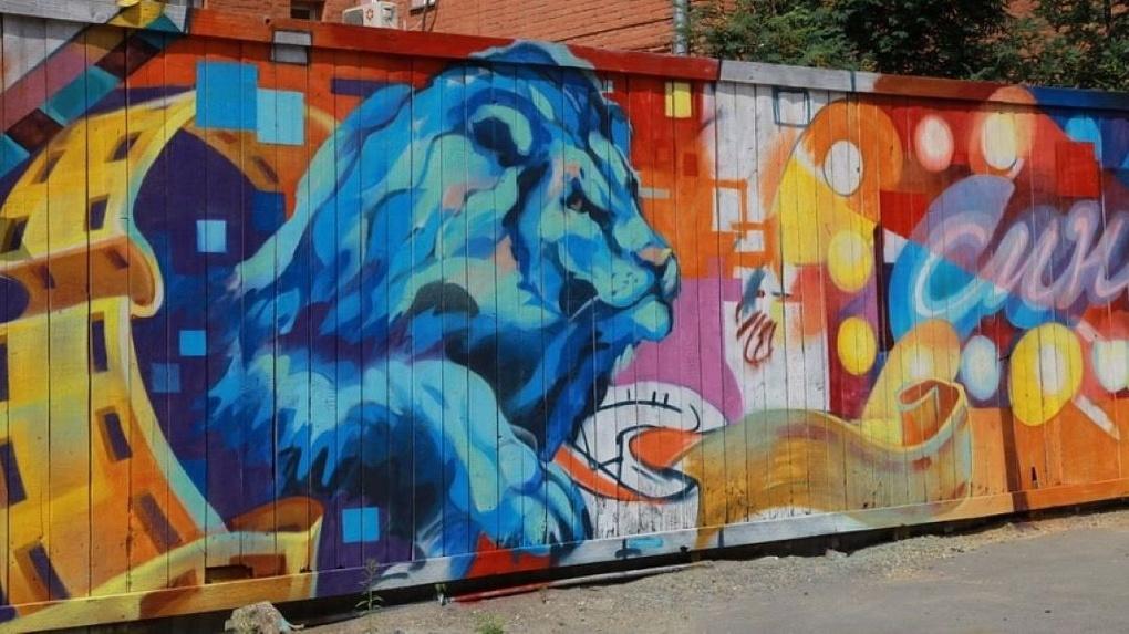В Новосибирске появился необычный арт-объект в виде огромного синего льва