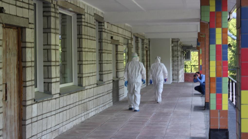 «До 130 пациентов в сутки»: репортаж из «красной зоны» бывшего ковидного госпиталя в Новосибирске